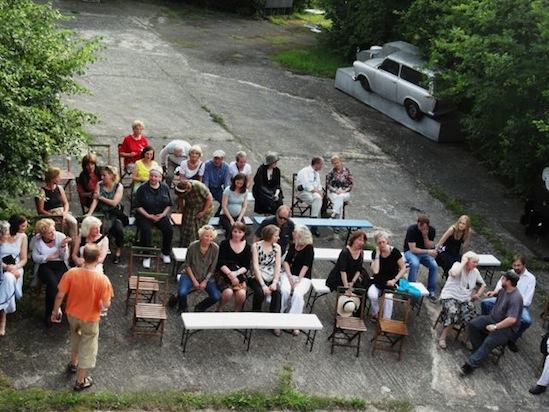 Publikum auf dem Kunsthof in Krummensee